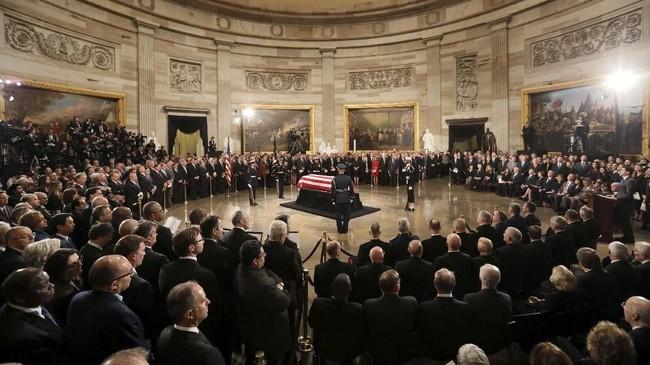 Setelah itu, jasad Bush akan dibawa ke katedral di Washington untuk kebaktian duka yang bakal dihadiri Trump dan istrinya, Melania, juga sejumlah pemimpin negara lain. (Reuters/Jonathan Ernst/Pool)