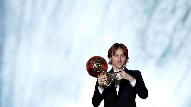 Luka Modric melanjutkan kejayaan dalam penghargaan individu setelah meraih Ballon d'Or 2018 mengalahkan Cristiano Ronaldo dan Antoine Griezmann yang menempati peringkat kedua dan ketiga. (REUTERS/Benoit Tessier)