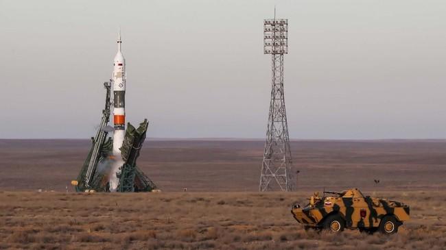 Personel keamanan naik kendaraan lapis baja di depan pesawat ruang angkasa Soyuz MS-11 sesaat sebelum diluncurkan di kosmodrom Baikonur, Kazakhstan 3 Desember 2018. (REUTERS/Shamil Zhumatov)