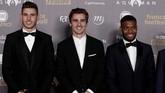 Bintang Atletico Madrid Antoine Griezmann (kanan) ikut hadir bersama pesepakbola lainnya Thomas Lemar and Lucas Hernandez. Griezmann sempat berencana tak hadir karena kecewa tak meraih Ballon d'Or. (REUTERS/Benoit Tessier)