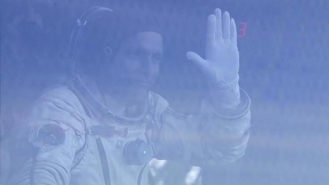 Saint-Jacques melambaikan tangan jelang pesawat Soyuz MS-11. (Maxim Shipenkov/Poolvia REUTERS)