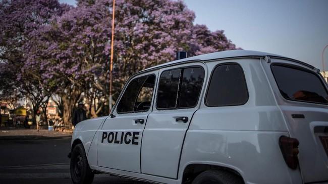 Renault 4L milik kepolisian Madagascar yang masih dalam kondisi baik terparkir di kota Antananarivo. (Photo by MARCO LONGARI / AFP)