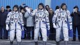 Anggota tim Stasiun Luar Angkasa Internasional (ISS) David Saint-Jacques, Oleg Kononenko dan Anne McClainberjalan setelah mengenakan pakaian luar angkasa sesaat sebelum peluncuran. (Dmitri Lovetsky/REUTERS)