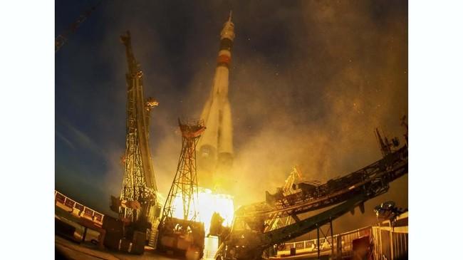Detik-detik peluncuran pesawat ruang angkasa Soyuz MS-11. (REUTERS/Shamil Zhumatov)