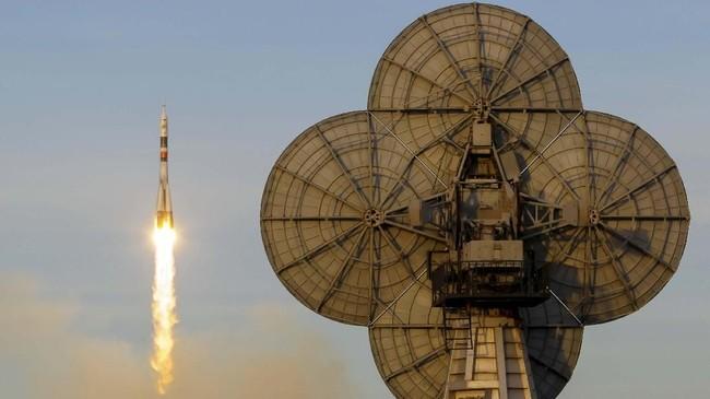 Ini adalah peluncuran pertama roket itu setelah sempat mengalami kerusakan mesin pada Oktober lalu saat membawa dua penumpang. (REUTERS/Shamil Zhumatov)
