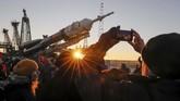 Penonton menyaksikan pesawat Soyuz MS-11 yang berangkat ke Stasiun Ruang Angkasa Internasional (ISS) dari Baikonur Cosmodrome, Kazakhstan. (REUTERS/Shamil Zhumatov)
