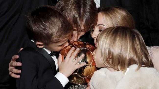 Luka Modric bersama ana-anak dan istrinya merayakan penghargaan Ballon d'Or 2018 yang kali pertama diraih pemain Real Madrid tersebut.(REUTERS/Benoit Tessier)