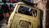 Renault 4L, masih menggunakan pelat nomor Prancis. Konsisinya berkarat di luar bengkel milik Elyse Rakotondrakonona di lingkungan Antamoariya Antananarivo. (Photo by MARCO LONGARI / AFP)