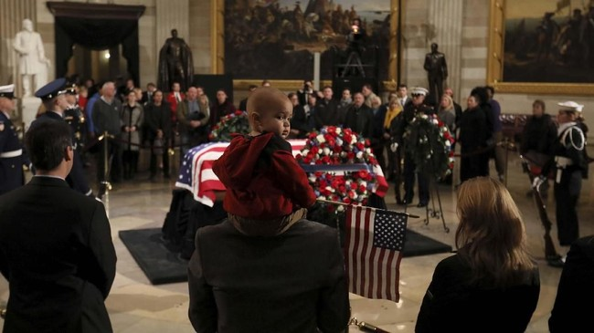 Setelah acara formal rampung, para warga mulai mengantre di Gedung Capitol untuk memberikan penghormatan terakhir bagi Bush yang meninggal di usia 94 tahun pada Jumat lalu, tujuh bulan setelah istrinya mengembuskan nafas terakhir. (Reuters/Jonathan Ernst)