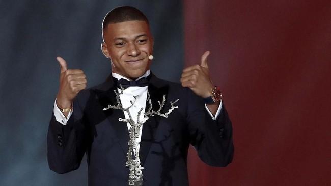Kylian Mbappe mendapat Kopa Trophy atau pemain muda terbaik yang merupakan penghargaan perdana di Ballon d'Or. (REUTERS/Benoit Tessier)