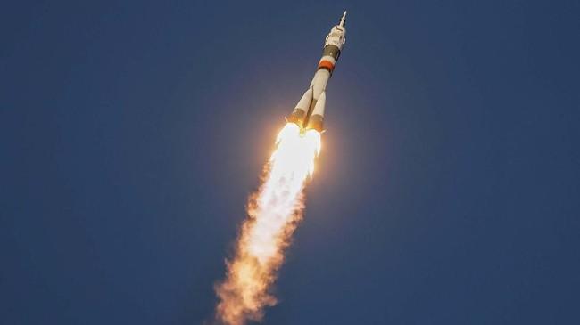 Roket ini membawa lebih dari satu ton perlengkapan logistik menuju ISS. (REUTERS/Shamil Zhumatov)