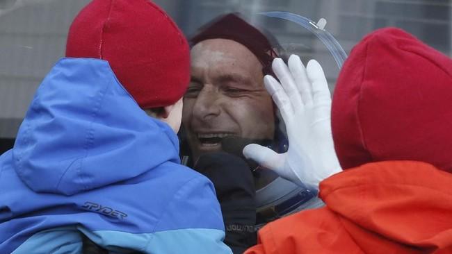 Anggota kru Stasiun Luar Angkasa Internasional (ISS) David Saint-Jacques dari Kanada mendekat ke bus sebelum peluncuran dilakukan. (Maxim Shipenkov/REUTERS)