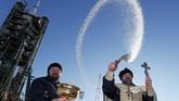 Seorang imam Ortodoks memberikan air suci di depan pesawat ruang angkasa Soyuz MS-11 dari Baikonur Cosmodrome, Kazakhstan. (REUTERS/Shamil Zhumatov)