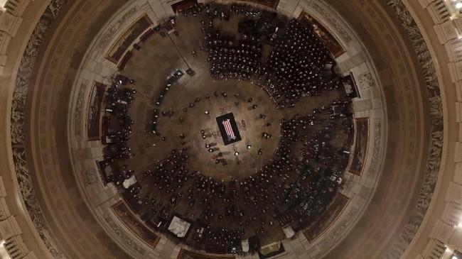 Warga dapat memberikan penghormatan terakhir di Gedung Capitol hingga Rabu. (Morry Gash/Pool via Reuters)
