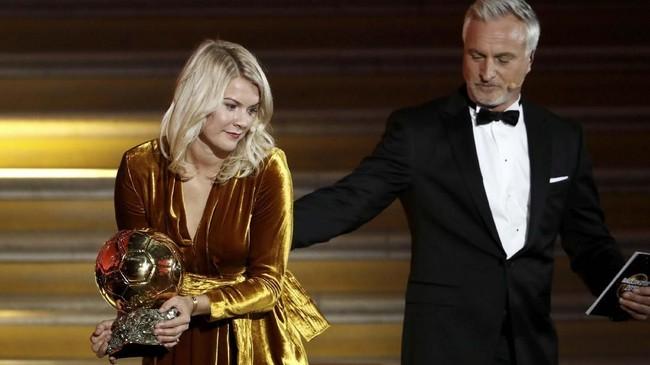 Mantan pemain PSG dan Tottenham Hotspur David Ginola memberikan penghargaan Ballon d'Or Wanita kepada penyerang klub wanita Olympique Lyonnais Ada Hegerberg. (REUTERS/Benoit Tessier)