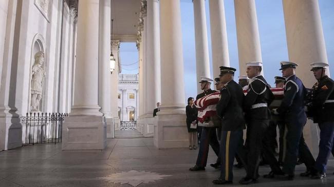 Jasad mantan Presiden Amerika Serikat, George HW Bush, tiba di Washington untuk disemayamkan di kompleks kantor Kongres, Gedung Capitol, selama tiga hari sejak Senin (3/12). (Win McNamee/Pool via Reuters)