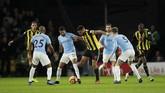 Striker Watford Troy Deeney dikepung para pemain Manchester City. Meski bermain di kandang, Watford kalah dominan dari tim tamu.(Reuters/Andrew Boyers)