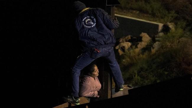 Para pendatang berharap bisa hidup layak di Amerika Serikat, ketimbang sengsara di negara mereka yang dirundung kekerasan dan korupsi. (REUTERS/Alkis Konstantinidis)