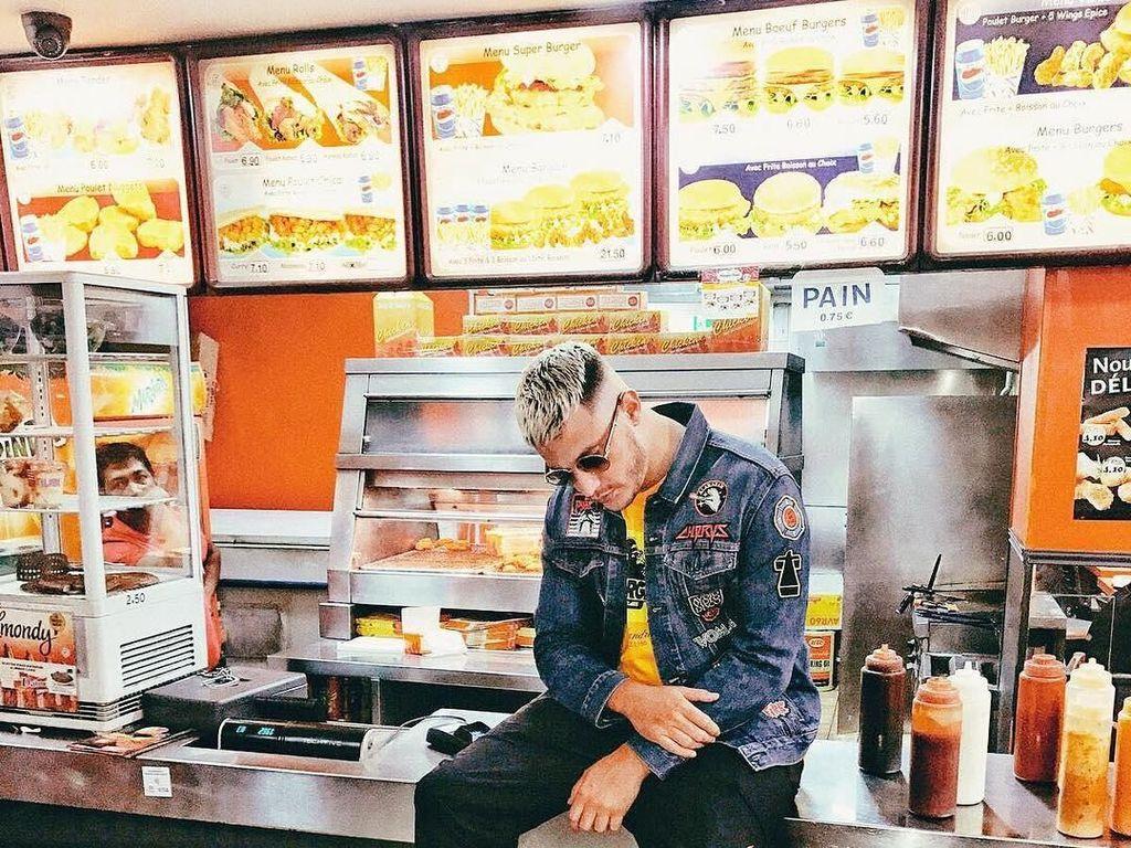 Baru saja merilis lagu Taki Taki, DJ Snake punya kecintaan yang besar terhadap hidangan fast food. Dengan pose kerennya, ia terlihat berpose di konter restoran cepat saji sambil menunggu makanan pesanannya. Foto: Instagram @djsnake