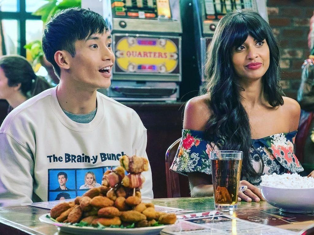 Masih dari lokasi syuting, Jameela hendak makan di sebuah restoran. Kali ini ditemani Manny Jacinto yang berperan sebagai Jason Mendoza. Foto: Instagram jameelajamil