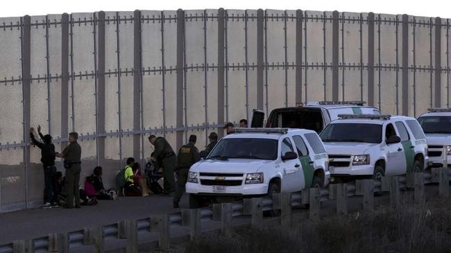 Para imigran terpaksa nekat lantaran bosan menunggu kepastian kapan mereka boleh melintas ke AS. (REUTERS/Alkis Konstantinidis)
