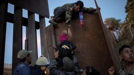 FOTO: Imigran Honduras Paksa Terobos Perbatasan AS