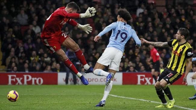 Penyerang Manchester City Leroy Sane berhasil memecah kebuntuan pada menit ke-40 dengan mencetak gol ke gawang Watford. Kiper Watford, Ben Foster terkecoh sehingga bola bersarang ke gawangnya. (REUTERS/David Klein)