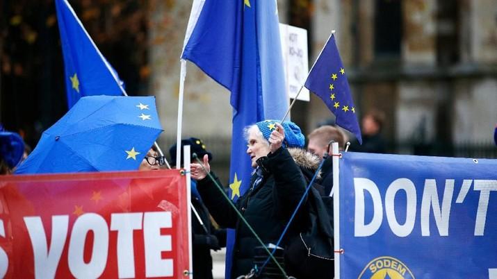 Pendukung Pro & Anti-Brexit Beraksi di Depan Gedung Parlemen