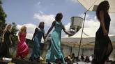 Kehidupan di balik jeruji besi digambarkan bak 'penyiksaan' yang melelahkan, tapi bisa juga menantang. Seperti yang dilakoni sejumlah narapidana wanita di Rio de Janeiro, Brasil, untuk tampil berbeda dengan mengikuti kontes kecantikan. (REUTERS/Pilar Olivares)