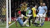 Gelandang Watford Abdoulaye Doucoure mencetak gol memperkecil ketinggalan jadi 1-2 memanfaatkan kemelut di pertahanan Watford.(REUTERS/David Klein)