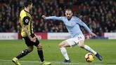 Gelandang Manchester City David Silva mencoba melewati Watford Kiko Femenia. Silva digantikan oleh Ilkay Guendogan pada menit ke-73. (REUTERS/David Klein)