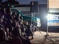 FOTO: Warga Desa Sambut Bioskop Berjalan di Afrika