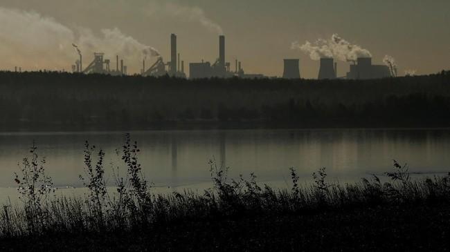 Pabrik baja Katowice di Dabrowa Gornicza, Polandia menjadi salah satu yang masih menggunakan batu bara untuk menjalankan mesin-mesin mereka. (REUTERS/Kacper Pempel).
