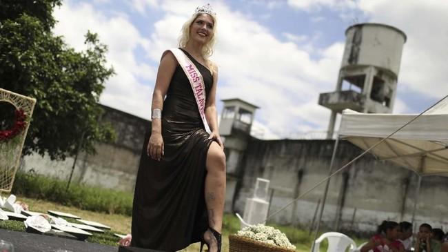 Kali ini, narapidana 25 tahun bernama Veronica Verone berhasil memenangkan gelar Miss Talevera Bruce 2018. (REUTERS/Pilar Olivares)
