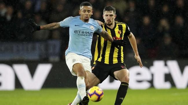 Penyerang Manchester City Gabriel Jesus selalu dijaga ketat pemain Watford, termasuk oleh Craig Cathcart. (REUTERS/David Klein EDITORIAL)