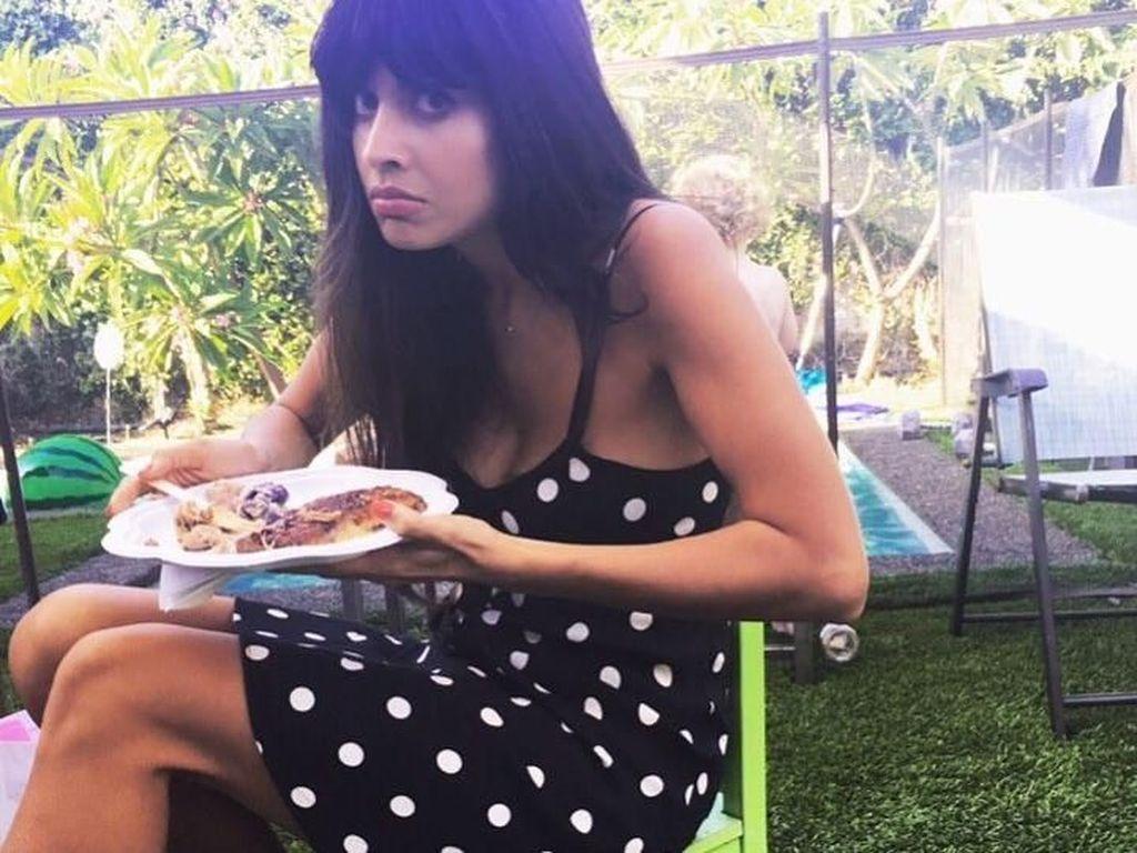 Duduk di bangku anak kecil, Jameela siap-siap makan. Ada yang bisa tebak menu pilihan Jameela? Foto: Instagram jameelajamil