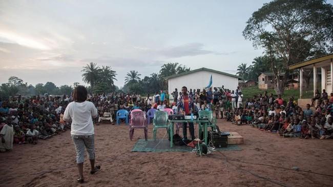 Didukung oleh UNICEF, bioskop berjalan ini disebut telah berkeliling Republik Afrika Tengah sejak April 2018 untuk mendistribusikan film-film edukasional kepada mereka yang tak memiliki akses. (Photo by FLORENT VERGNES / AFP)