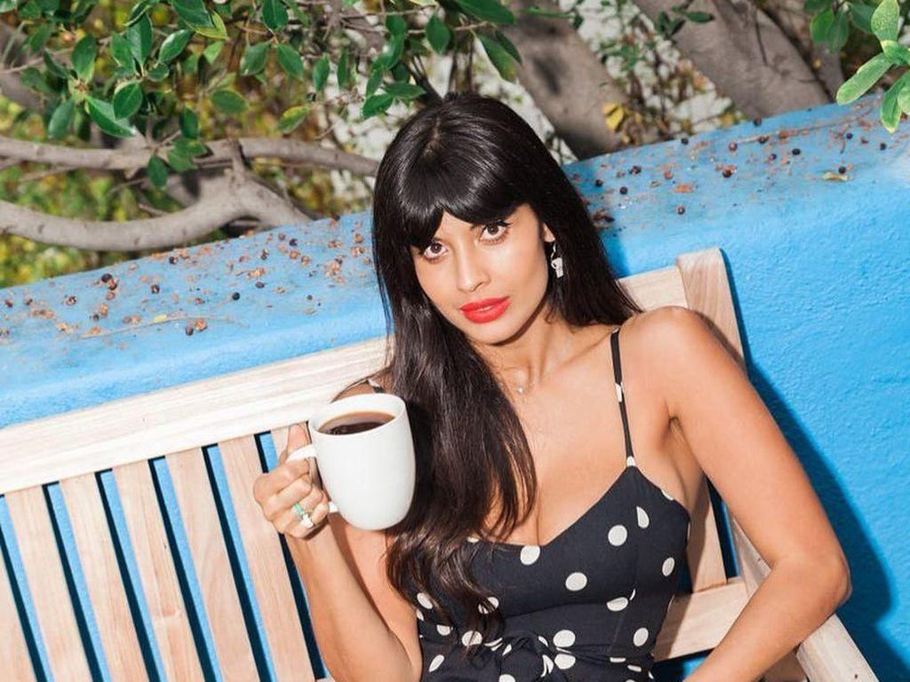 Pemilik nama lengkap Jameela Alia Burton-Jamil ini memulai karirnya sebagai presenter T4 sejak 2009-2012. Ini manisnya Jameela saat hendak menyesap kopi. Foto: Instagram jameelajamil