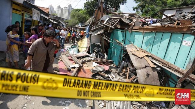Tak ada korban jiwa dalam kejadian ini. Namun rumah warga rusak tertimpa crane yang ambruk tersebut. (CNN Indonesia/ Hesti Rika)