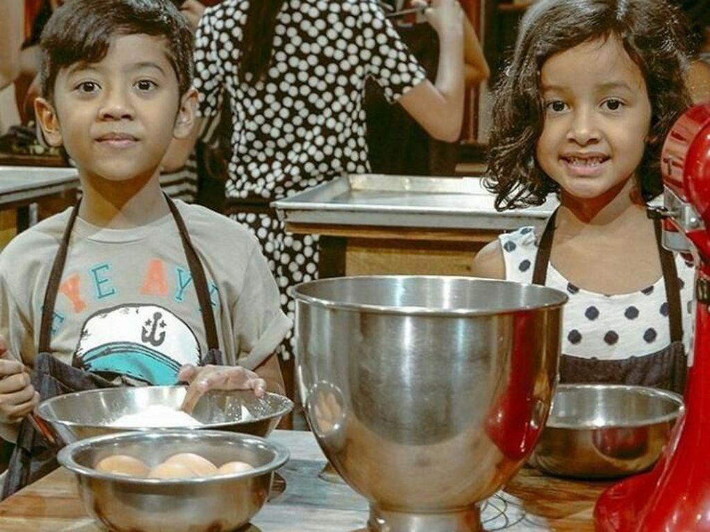 Ini momen saat Widuri belajar bikin kue bareng Dru. Foto: Instagram@thesasonofam