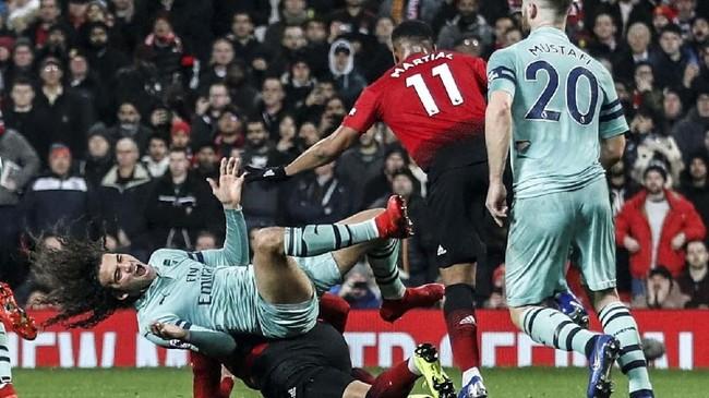 Setelah bermain imbang 1-1 di babak pertama, duel Manchester United vs Arsenal berlangsung sengit di babak kedua.(Reuters/Carl Recine)