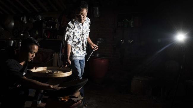 Selain kopi yang dipanen dari memetik, warga juga memanen kopi luwak yang dihasilkan secara alami atau liar. Kopi luwak dijual dengan harga 500 ribu per kilonya dan kopi lanang 200 ribu per kilo. (ANTARA FOTO/M Agung Rajasa)