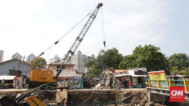 Crane Jatuh Timpa Rumah Warga di Jakpus, Tiga Orang Luka