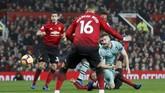 Arsenal lebih dulu unggul 1-0 lewat Shkodran Mustafi di menit ke-26. Sundulan Mustafi tidak bisa ditangkap dengan sempurna oleh David De Gea. (REUTERS/Darren Staples)