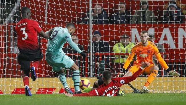 Arsenal kembali berhasil memimpin pertandingan di menit ke-68 lewat pemain pengganti Alexandre Lacazette. Gol ini bermula dari kesalahan umpan Chris Smalling di daerah pertahanan Manchester United. (REUTERS/Darren Staples)