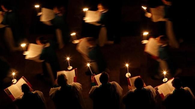 Katedral Salisbury merayakan awal mula pekan Advent dengan menyalakan lilin dan prosesi