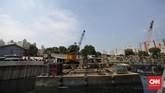 Crane menimpa rumah warga yang berada di bawahnya. Akibatnya tiga orang terluka tertimpa reruntuhan. (CNN Indonesia/ Hesti Rika)