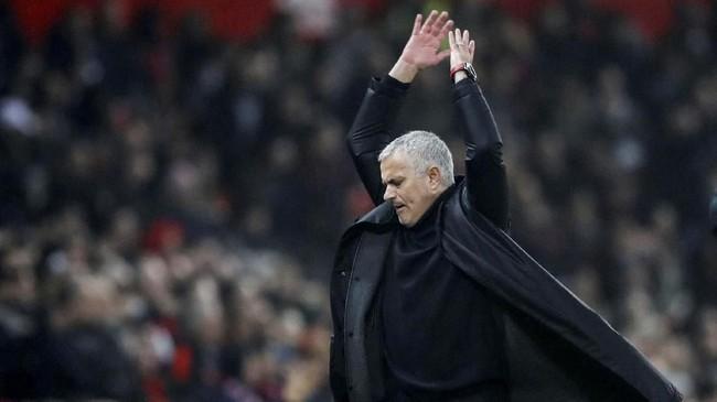 Jose Mourinho memasukkan Marouane Fellaini dan Paul Pogba untuk meningkatkan serangan namun gagal mengubah skor dan harus puas dengan hasil imbang 2-2. (REUTERS/Carl Recine)