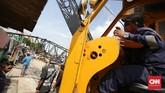 Crane yang ambruk tersebut tengah beroperasi untuk melebarkan Sungai Sunter di kawasan Kemayoran, Jakarta Pusat. (CNN Indonesia/ Hesti Rika)