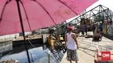 Crane pembangunan turap ambruk menimpa rumah warga di Jln Dakota Raya, Kemayoran, Jakarta (6/12). (CNN Indonesia/ Hesti Rika )